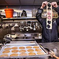 Nederland, Amsterdam , 22 maart 2016.<br /> Onthulling Schijf van Vijf door Gerda Feunekes, directeur Voedingscentrum en Remko Vrijdag in de rol van Joep van de Schijf.<br /> Op de foto: De Haagse top kok Pierre Wind bereidt een paar gerechten uit de nieuwe Schijf van Vijf voor, waaronder pizzaatjes gemaakt van volkoren deeg.<br /> Foto Jean-Pierre Jans
