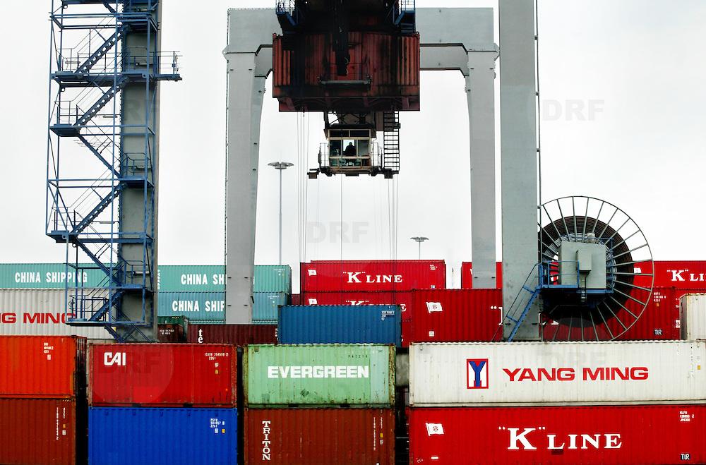 Nederland Rotterdam 16 mei 2003 20030516.verwerking van containers in haven van Rotterdam .David Rozing