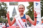 Marathon: Haspa Hamburg 2021, Hamburg, 12.09.2021<br /> Halbmarathon, Frauen: Jubel von Siegerin Stephanie Strate<br /> © Torsten Helmke