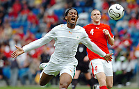 Fotball<br /> 27.05.2006<br /> Treningskamp før VM 2006 <br /> Sveits v Elfenbenskysten<br /> Foto: EQ Images/Digitalsport<br /> NORWAY ONLY<br /> <br /> Didier Drogba (CIV) und Philippe Senderos (SUI)