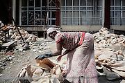 Donna operaia a lavoro in uno dei cantieri della zona di Canchis, Addis Ababa 9 settembre 2014.  Christian Mantuano / OneShot <br /> <br /> Workers in one of the construction sites in Canchis, Addis Ababa September 9, 2014.
