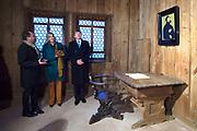 Werkbezoek van Zijne Majesteit de Koning, vergezeld door Hare Majesteit Koningin Maxima aan de Duitse deelstaten Thüringen, Saksen en Saksen-Anhalt<br /> <br /> Working visit of His Majesty the King, accompanied by Her Majesty Queen Maxima in the German states of Thuringia, Saxony and Saxony-Anhalt<br /> <br /> op de foto / On the Photo:  Het Koningspaar krijgt in de Lutherstube uitleg over Luthers verblijf in de Wartburg<br /> <br /> The royal couple gets into the Lutherstube explanation of Luther's stay at the Wartburg