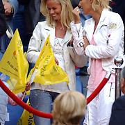NLD/Amsterdam/20050805 - Johan Cruijffschaal 2005, PSV - Ajax, Helen van Haren, vrouw Frank de Boer in gesprek met
