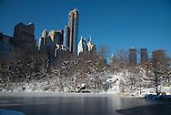 New York. Central park under the snow , the pond / Central park  le pond . Central park sous la neige.