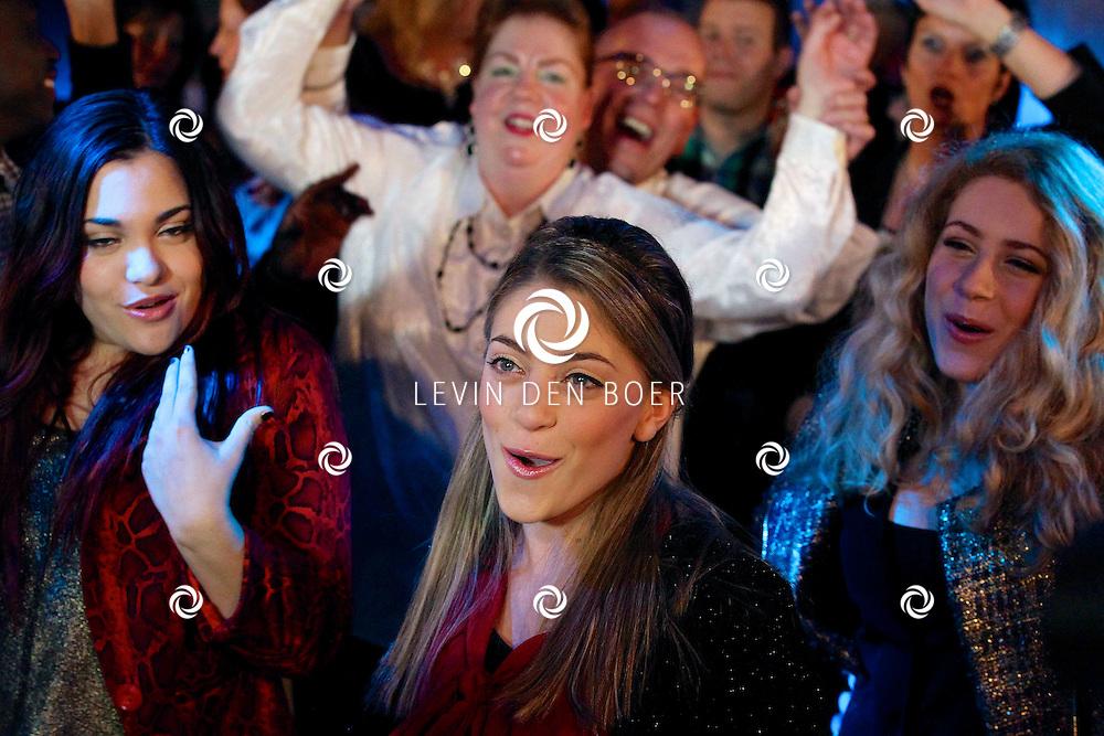 HAPS - In Bar Dancing Fantasy zijn de tv opnames van Brabant Toppers geweest. Diversen Nederlandstalige artiesten traden op voor dit tv programma. Met op de foto de drie zussen Lisa, Shelley en Amy Vol. FOTO LEVIN DEN BOER - PERSFOTO.NU