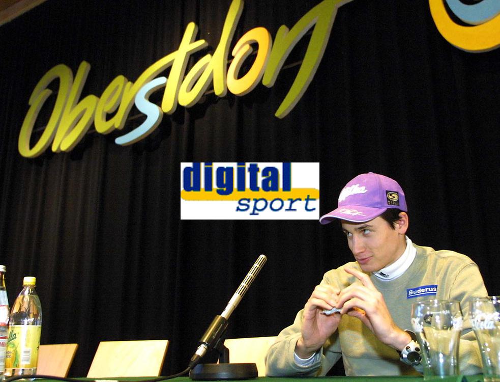 Hopp: 28.12.2001 Oberstdorf, Deutschland,<br />Martin Schmitt am Freitag (28.12.2001) bei Pressekonferenz zum Start der Vierschanzentournee am morgigen Samstag in Oberstdorf.<br /><br />Foto: JAN PITMAN/Digitalsport
