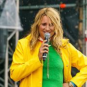 NLD/Almere/20180825 - Festival Zand 2018, lieke van Lexmond in de regen