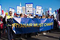 DEU, Deutschland, Germany, Berlin, 13.10.2018: Angestellte der Fluggesellschaft Ryanair demonstrieren für mehr Mitbestimmung und die Einführung eines Betriebsrates bei der Großkundgebung unter dem Motto Unteilbar gegen Ausgrenzung, Rassismus und den Rechtsruck im Lande.