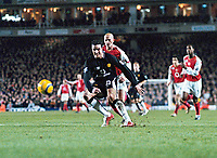 Fotball<br /> England 2004/2005<br /> Foto: Colorsport/Digitalsport<br /> NORWAY ONLY<br /> <br /> John O'Shea (Utd) scores goal (no.4) as Pascal Cygan looks on<br /> <br /> Arsenal v Manchester United (2-4). 1/2/2005