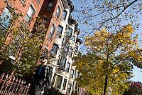 """9 Novembre, 2008. Brooklyn, New York.<br /> <br /> Un ragazzo passeggia nella Union Street a Park Slope, Brooklyn, NY, una delle vie più famose del quartiere. Park Slope, spesso definito dai newyorkesi come """"The Slope"""", è un quartiere nella zona ovest di Brooklyn, New York, e confinante con Prospect Park.  Park Slope è un quartiere benestante che ha il maggior numero di nascite, la qualità della vita più alta e principalmente abitato da una classe media di razza bianca. Per questi motivi molte giovani coppie e famiglie decidono di trasferirsi dalle altre municipalità di New York a Park Slope. Dal punto di vista architettonico, il quartiere è caratterizzato dai brownstones, un tipo di costruzione molto frequente a New York, e da Prospect Park.<br /> <br /> ©2008 Gianni Cipriano for The New York Times<br /> cell. +1 646 465 2168 (USA)<br /> cell. +1 328 567 7923 (Italy)<br /> gianni@giannicipriano.com<br /> www.giannicipriano.com"""