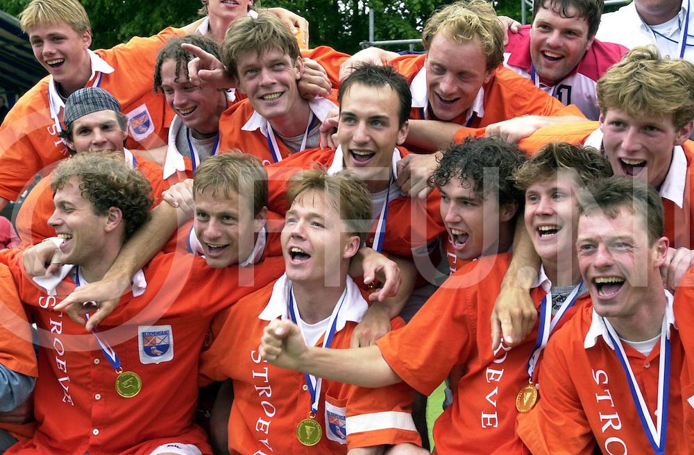 WFA00:HARVESTEHUEDE-BLOEMENDAAL EUROPACUP1 FINALE;4JUNI2001-.1-3 overwinning voor Bloemendaal.Bloemendaal wint de cup en de lintjes om de nek...WFA/fu/str.Fotografie Frank Uijlenbroek