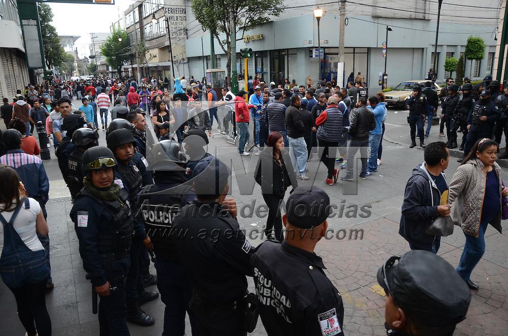 Toluca, México (Octubre 30, 2016).- Elementos de la policia municipal realizaron un operativo en el primer cuadro de la ciudad para evitar la instalación del comercio informal y contribuir a la seguridad de los miles de asistentes a la Feria y Festival Cultural del Alfeñique 2016. Agencia MVT / Arturo Hernández.
