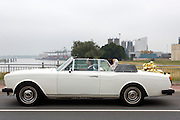 In Nijmegen rijdt een bruidspaar in een Rolls Royce Corniche, de cabrioletuitvoering van de Silver Shadow. <br /> <br /> In Nijmegen rides a wedding in a Rolls Royce Corniche, the convertible Silver Shadow.