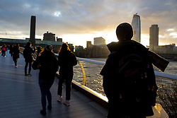 © Licensed to London News Pictures. 19/01/2018. London, UK. The sun sets after a cold but clear day in London. Large parts of the country have experienced high winds and snowy weather following a storm passing, which - against modern trend - has not been given a name. Photo credit : Tom Nicholson/LNP