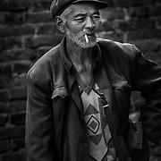 2011 08 21 Bhai Sha Yunnan Kina China<br /> Gamla män i Bhai Sha som spelar ett boule liknande spel<br /> rökar cigarett<br /> <br /> ----<br /> FOTO : JOACHIM NYWALL KOD 0708840825_1<br /> COPYRIGHT JOACHIM NYWALL<br /> <br /> ***BETALBILD***<br /> Redovisas till <br /> NYWALL MEDIA AB<br /> Strandgatan 30<br /> 461 31 Trollhättan<br /> Prislista enl BLF , om inget annat avtalas.