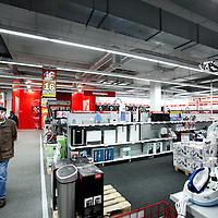 Nederland, Amsterdam , 25 februari 2011..Bezoeker wandelend over de afdeling huishoudelijke artikelen van de Mediamarkt in amsterdam Noord..Client of the Mediamarkt alking through the shop, department household appliances.