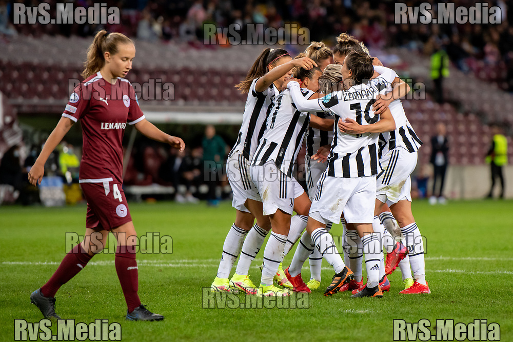 GENEVA, SWITZERLAND - OCTOBER 06: Lina Hurtig #17 of Juventus Women celebrates her goal with teammates while Laura Felber #4 of Servette FC Chenois feminin looks dejected during the UEFA Women's Champions League group A match between Servette FCCF and Juventus at Stade de Geneve on October 6, 2021 in Geneva, Switzerland. (Photo by Basile Barbey/RvS.Media)