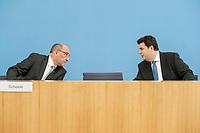 """31 MAR 2020, BERLIN/GERMANY:<br /> Detlef Scheele (L), Vorsitzender des Vorstandes der Bundesagentur für Arbeit, und Hubertus Heil (R), SPD, Bundesarbeitsminister,. waehrend einer Pressekonferenz zum Thema """"Zur Lage am deutschen Arbeitsmarkt"""" waehrend der Corona-Krise, Bundespressekonferenz<br /> IMAGE: 20200331-01-004<br /> KEYWORDS: BPK, Abstand"""