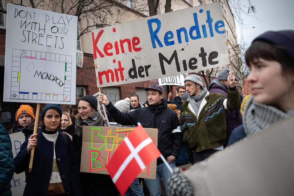 Mehrere hundert Bewohner der Böhmischen Straße und der Thiemannstraße in Berlin Neukölln protestieren gegen den Verkauf von 14 Häusern mit 140 Haushalten an den dänischen Pensionsfond PFA. Der Aufkauf des kompletten Straßenzugs durch den fünftgrößten Pensionsfonds Europas betrifft über 300 Anwohner, die Sanierungen, steigende Mieten und Verdrängung befürchten. Demonstranten mit Schild: Keine Rendite mit der Miete.<br /> <br /> [© Christian Mang - Veroeffentlichung nur gg. Honorar (zzgl. MwSt.), Urhebervermerk und Beleg. Nur für redaktionelle Nutzung - Publication only with licence fee payment, copyright notice and voucher copy. For editorial use only - No model release. No property release. Kontakt: mail@christianmang.com.]
