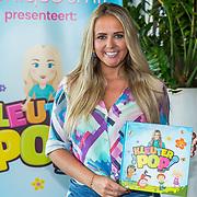 NL/Badhoevedorp/20200627 - Kleuterpop Show Monique Smit, Monique Smit met haar boek Kleuterpop