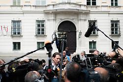 15.05.2017, Präsidentschaftskanzlei, Wien, AUT, künftiger ÖVP Parteiobmann Kurz beim Bundespräsidenten anlässlich der Regierungskrise, im Bild künftiger ÖVP-Chef Sebastian Kurz vor dem Bundeskanzleramt // new party leader of the austrian peoples party and foreign minister Sebastian Kurz in front of the federal chancellors office during dialogue meeting between new party leader of the austrian people`s party and federal president of Austria at Federal Presidents Office in Vienna, Austria on 2017/05/15, EXPA Pictures © 2017, PhotoCredit: EXPA/ Michael Gruber