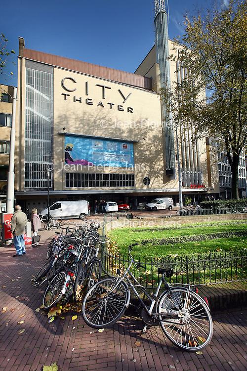 Nederland, Amsterdam , 9 november 2010..City-bioscoop na de verbouwing aan het Amsterdamse Leidseplein..Op de foto de hoofdingang met automaten waar je zelf je kaartje kunt kopen ..Foto:Jean-Pierre Jans