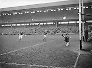 Neg No: 735/9958-9965...3041955IPHCF.03.04.1955...Interprovincial Railway Cup Hurling Championship - Final...Munster.06-08.Connacht.03-04... . .