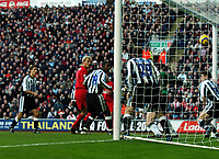 Fotball<br /> Premier League 2004/05<br /> Liverpool v Newcastle<br /> 18. desember 2004<br /> Foto: Digitalsport<br /> NORWAY ONLY<br /> Titus Bramble heads into his own goal as Sami Hyypia looks on Liverpool
