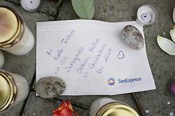25.03.2015, Hauptsitz von Germanwings, Köln, GER, Germanwings Flug 4U9525, Flugzeugabsturz in Frankreich. Der Tag nach dem Absturz am Kölner Hauptsitz von Germanwings, im Bild Trauerzettel der SunExpress Station in Koeln // The day after the Chrash of Flight 9525. An Airbus A320 of Germanwings has crashed in Southern French Alps on its flight from Barcelona to Duesseldorf International Airport, Headquater of Germanwings in Cologne, Germany on 2015/03/25. EXPA Pictures © 2015, PhotoCredit: EXPA/ Eibner-Pressefoto/ Schueler<br /> <br /> *****ATTENTION - OUT of GER*****