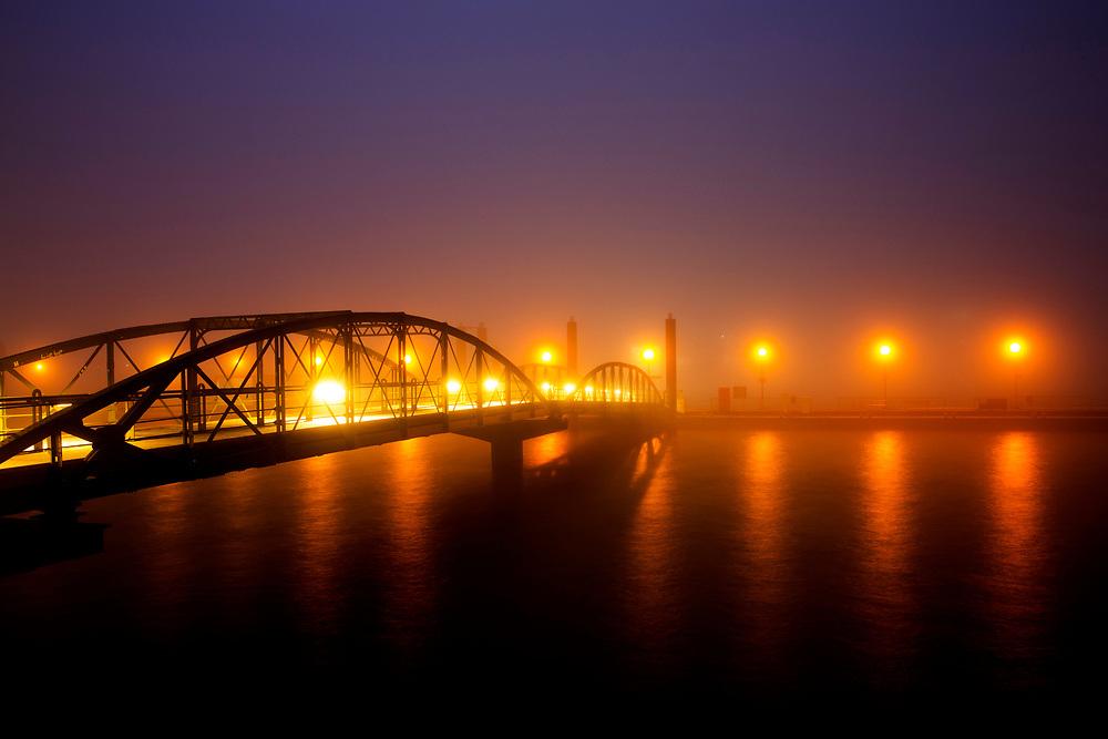 Nebel am morgen im Hamburger Hafen am Fischmarkt