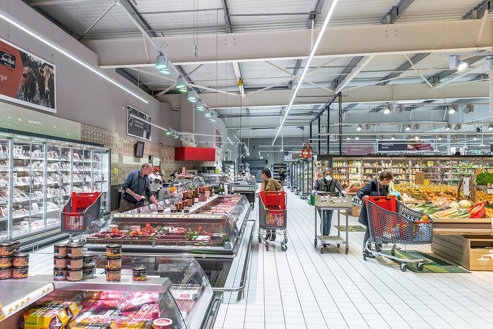 L'Intermarché de La Loupe, le 18 mars 2020<br /> Une personne par caddie pour faire ses courses  au supermarché et éviter ainsi la propagation du coronavirus Covid-19.