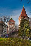 Baszta Pasamoników (Baszta Szmuklerzy) w Krakowie, w głębi widoczna Brama Floriańska Polska<br /> Pasamoniky Tower (Stonemason's Tower) in Cracow, Poland