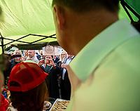 Tykocin, woj. podlaskie, 07.07.2020. Kampania w wyborach prezydenckich 2020. Spotkanie wyborcze prezydenta Andrzeja Dudy z mieszkancami na pikniku Produkt Polski w Tykocinie N/z prezydent Duda pozuje do zdjec w tlumie, zdjecie prezydentowi robi Beata Szydlo fot Michal Kosc / AGENCJA WSCHOD