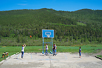 Mongolie, Oulan Bator, banlieue de Nairamdal, jeune jouant au basket ball // Mongolia, Ulan Bator, Nairamdal suburb, young playing basket ball