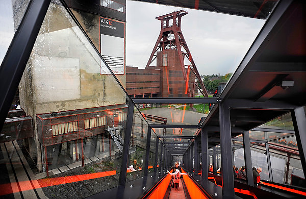 28-8-2010, Essen, DuitslandRuhrgebied, Zeche Zollverein. Deze voormalige kolenmijn staat op de werelderfgoed lijst van UNESCO, en is belangrijkste onderdeel van de culturele hoofdstad van Europa, Ruhr 2010. Een roltrap leidt naar het bezoekerscentrum in de kolenwasserij. Foto: Flip Franssen/Hollandse Hoogte