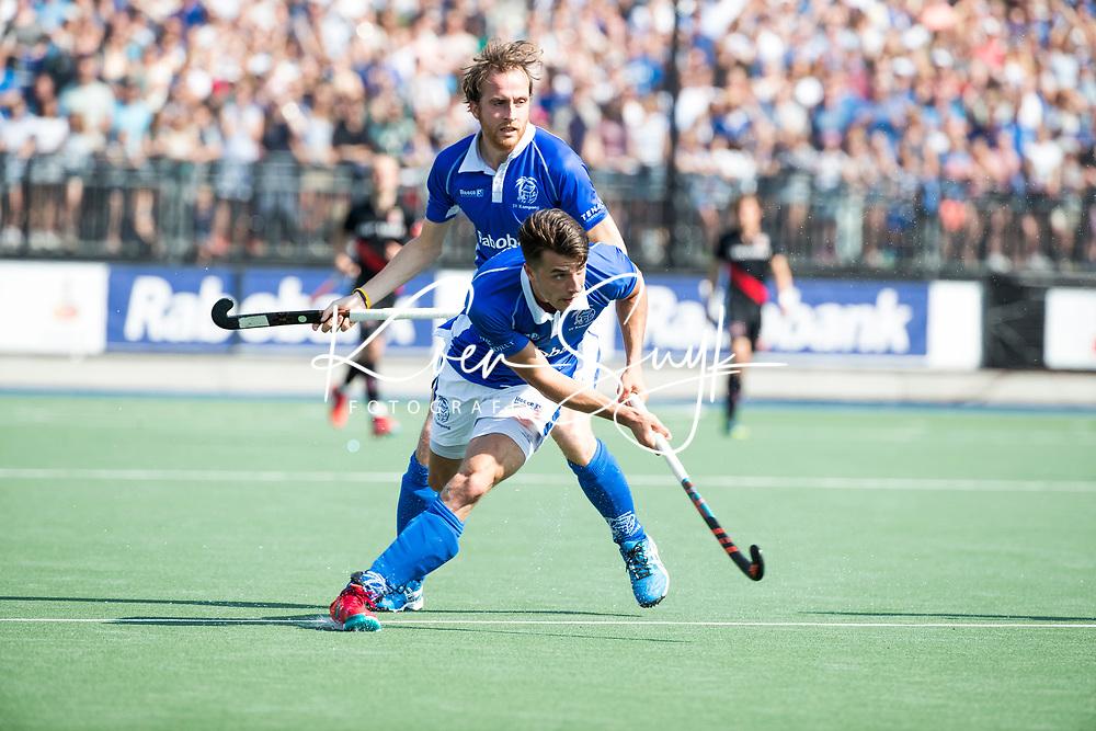 UTRECHT -  Jasper Luijkx (Kampong) met Quirijn Caspers (Kampong)  tijdens   de finale van de play-offs om de landtitel tussen de heren van Kampong en Amsterdam (3-1). Kampong kampong kampioen van Nederland. COPYRIGHT  KOEN SUYK