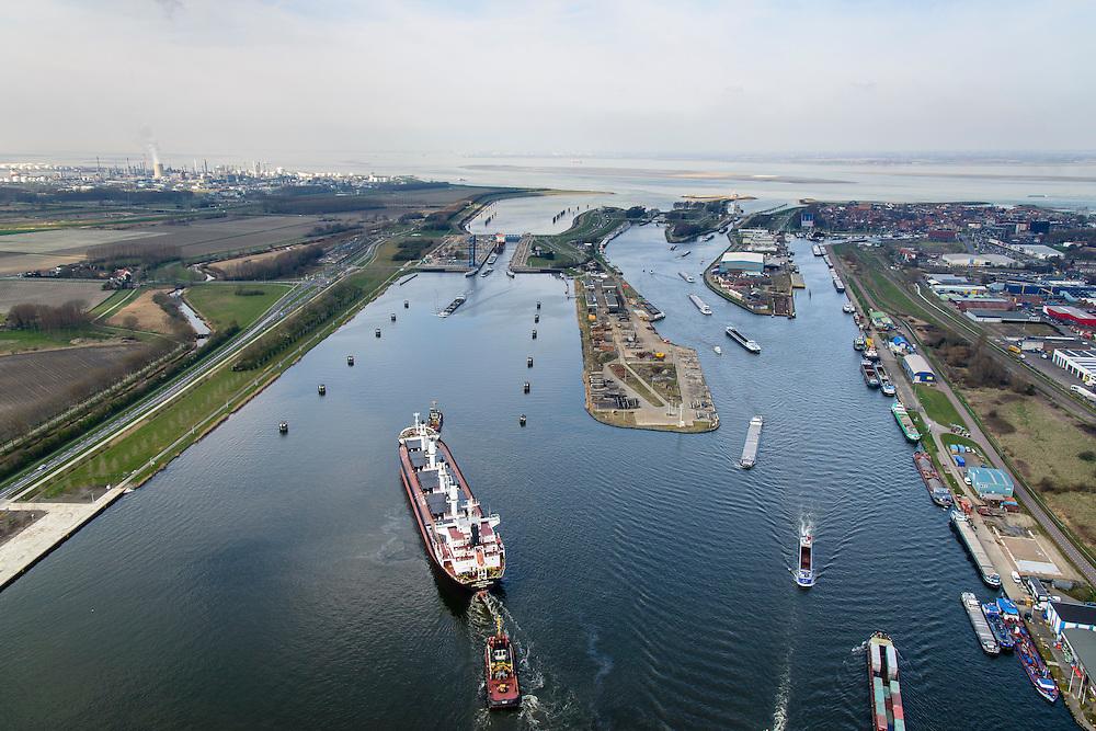 Nederland, Zeeland, Zeeuws-Vlaanderen, 01-04-2016; Terneuzen, Kanaal Gent - Terneuzen. Ingang kanaal en sluizen, Westerschelde in de achtergrond.<br /> Het sluizencomplex bij Terneuzen is de toegangspoort naar de havens van Terneuzen en Gent en zorgt voor een scheepvaartverbinding tussen Nederland, België en Frankrijk. In de nabije toekomst zullen er grotere sluizen worden gebouwd.<br /> Channel Gent - Terneuzen, entrance and locks, gateway to Belgium and France. <br /> <br /> luchtfoto (toeslag op standard tarieven);<br /> aerial photo (additional fee required);<br /> copyright foto/photo Siebe Swart