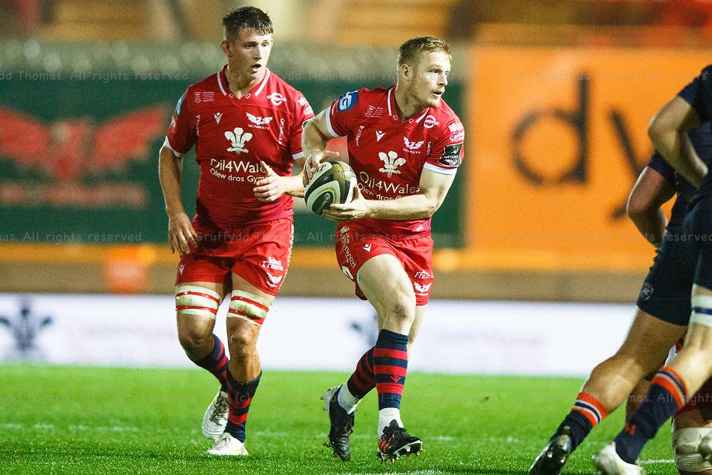 Llanelli, UK. 1 November, 2020.<br /> Scarlets fullback Johnny McNicholl in action in the Scarlets v Edinburgh PRO14 Rugby Match.<br /> Credit: Gruffydd Thomas/Alamy Live News
