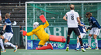 AMSTELVEEN -  Hidde Brink (k) (Pinoke) redt tijdens de      hoofdklasse hockeywedstrijd mannen,  AMSTERDAM-PINOKE (1-3) , die vanwege het heersende coronavirus zonder toeschouwers werd gespeeld. COPYRIGHT KOEN SUYK