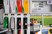 Nederland, A58, 15-4-2008..Brandstofprijzen voor auto's en vrachtwagens bereiken grote hoogten, vooral door de hoge olieprijs van ruwe olie op de wereldmarkt...Foto: Flip Franssen