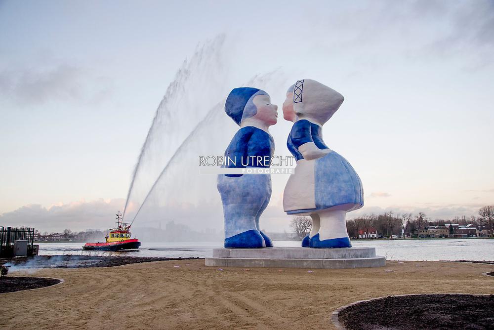 AMSTERDAM - openeing en onthulling van het kissing couple . Het Kissing Couple XXXL is gemaakt in opdracht van de FietsCoalitie en wordt eind van de ochtend nauwkeurig in elkaar gezet op het Hempontplein, langs de snelfietsroute van Zaanstad naar Sloterdijk en Amsterdam Centrum. Bij elkaar weegt het stel, bij de meeste mensen bekend als souvenirtje, maar liefst 6700 kilo. De beelden zijn ongeveer zo hoog als drie verdiepingen. Fietsroute<br /> Het grootste liefdeskoppel, zoals gebiedspromotor Bright Up het kunstwerk noemt, moet de fietsroute en het gebied in West op de kaart zetten. 'Door deze beroemde beelden hier te plaatsen willen we mensen verleiden toch eens op de fiets naar dit gebied te komen. Tussen de bedrijven zijn er ook steeds meer leuke plekken te bezoeken zoals bijvoorbeeld het Hembrugterrein of het Orlyplein,' aldus Sandra Hueber van Bright Up, initiatiefnemer en ontwikkelaar van het project. De beelden zijn gemaakt in samenwerking met Saske van der Eerden, ArchitecturePlus en Van Zuilen Constructie Advies en worden 14 december officieel onthuld. Het koppel is in zes en een halve maand opgebouwd tot tien meter hoog. copyrught robin utrecht /julia brabander
