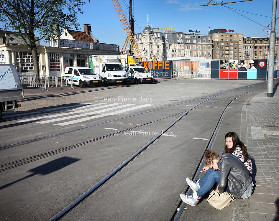 Nederland, Amsterdam , 13 mei 2011..Staking Openbaar vervoer..Meisjes wachten op de tram op een nagenoeg leeg Stationsplein.Na Rotterdam en Den Haag hebben vrijdag medewerkers van het vervoersbedrijf in Amsterdam hun werk neergelegd. Tijdens de spits reden er geen trams, bussen en metro's..? Toeristen in Amsterdam wachten vergeefs op de tram.De medewerkers van het GVB in Amsterdam voeren vrijdag een zogeheten protestactie. Oftewel, ze staken..Volledig stil?Tot 8.30 uur lag het openbaar vervoer in de stad volledig stil. Rond 10.00 uur zullen alle bussen, trams en metro's weer rijden..Foto:Jean-Pierre Jans