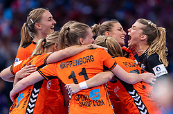 16-12-2018 FRA: Women European Handball Championships bronze medal match, Paris<br /> Romania - Netherlands 20-24, Netherlands takes the bronze medal / Netherlands celebrate