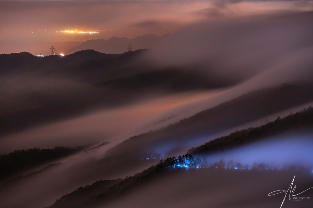 As Hong Kong covered by sea of clouds, city lights and car lights orchestrated a symphony of visual treats for photographers.