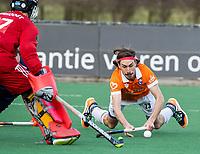 BLOEMENDAAL -  Florian Fuchs (Bldaal)  met keeper Steven Verhoogt (Pinoke) .oefenwedstrijd hockey heren, Bloemendaal H1- Pinoke H1 (3-2).  COPYRIGHT KOEN SUYK