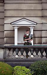 THEMENBILD - Brüssel ist die Haupt- und Residenzstadt des Königreichs Belgien, Sitz der Institutionen der Flämischen und Französischen Gemeinschaft Belgiens sowie von Flandern und Hauptort der Region Brüssel-Hauptstadt. Zudem stellt die Stadt den Hauptsitz der Europäischen Union sowie den Sitz der NATO, ferner den des ständigen Sekretariats der Benelux-Länder, der Westeuropäischen Union und der EUROCONTROL, hier im Bild K¬öniglicher Soldat, Wache patroulliert vor Wachh¬äuschen, K¬öniglicher Palast Palais Royal aufgenommen am 28. Juli 2013 // THEMES PICTURE - Brussels is the capital and residence city of the Kingdom of Belgium, the seat of the institutions of the Flemish and French Community of Belgium and the capital of Flanders and Brussels-Capital Region. In addition, the city is the headquarters of the European Union, and the headquarters of NATO, also the Permanent Secretariat of the Benelux countries, the Western European Union and EUROCONTROL pictured on 28th of July 2013. EXPA Pictures © 2013, PhotoCredit: EXPA/ Eibner/ Michael Weber<br /> <br /> ***** ATTENTION - OUT OF GER *****