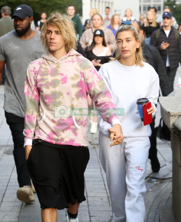 September 19, 2018 - London, England, United Kingdom - 9/18/18.Justin Bieber and Hailey Baldwin are seen out and about in London where they visited The London Eye, stopped outside Buckingham Palace where Justin serenaded Hailey while busking with an acoustic guitar, and grabbed a coffee at Cafe Nero..(London, England, UK) (Credit Image: © Starmax/Newscom via ZUMA Press)