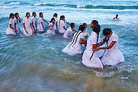 Sri Lanka, province de l'Est, Trincomalee, plage de Nilaveli, les écoliers de Kandy découvrant la mer pour la première fois // Sri Lanka, Ceylon, Eastern Province, East Coast, Trincomalee, Nilaveli Beach, shcool girls from Kandy play on the sea for the first time of their lives