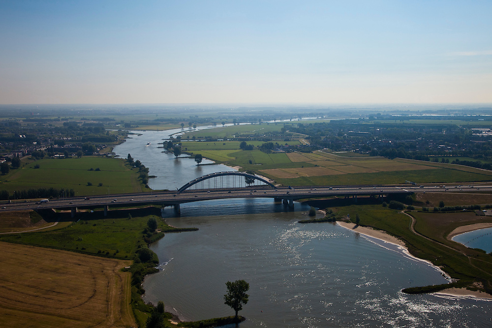 Nederland, Utrecht, Vianen, 23-06-2010; scheepvaartverkeer op de Lek ter hoogte van de Lekbrug Vianen. Foto naar het oosten, Hagesteinse Brug (A27) aan de horizon. .Shipping at the Lek near the Lekbrug Vianen. Photo to the east, Hagesteinse Bridge (A27) on the horizon..luchtfoto (toeslag), aerial photo (additional fee required).foto/photo Siebe Swart