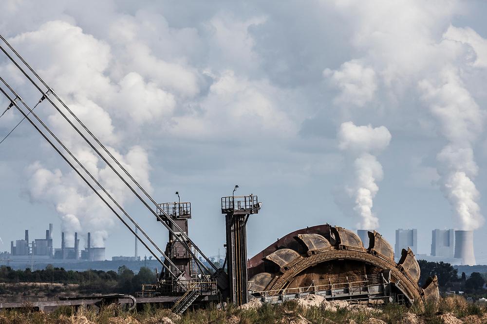 Elsdorf, DEU, 28.08.2018<br /> <br /> Schaufelradbagger im Tagebau Hambach, im Hintergrund das Braunkohlekraftwerk Neurath. Der von der RWE Power AG betriebene Braunkohletagebau Hambach erstreckt sich im Rheinischen Braunkohlerevier zwischen dem Rhein-Erft-Kreis und dem Kreis Dueren.<br /> <br /> Bucket wheel excavator in the Hambach open pit mine, with the Neurath lignite-fired power plant in the background. The Hambach opencast lignite mine operated by RWE Power AG extends in the Rhenish lignite mining region between the Rhine-Erft district and the Dueren district.<br /> <br /> Foto: Bernd Lauter/berndlauter.com